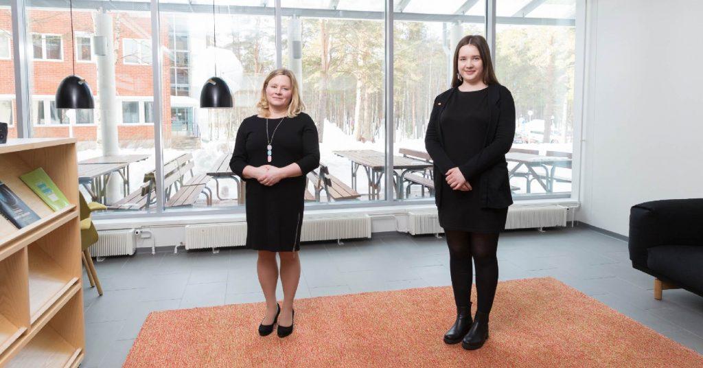 Vuoden opettaja Mirja Lönegren ja LYYn puheenjohtaja Elina Kuula
